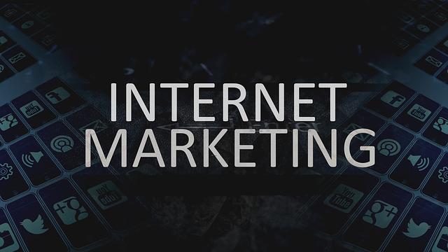 Biely nápis internet marketing na tmavom pozadí