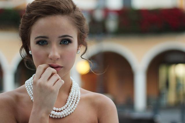žena s výrazným náhrdelníkom