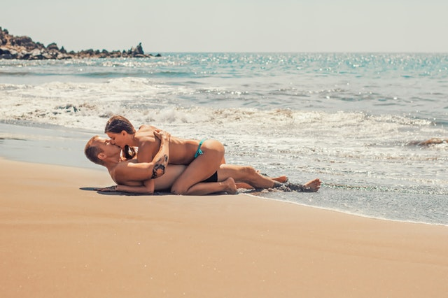 muž so ženou na pláži