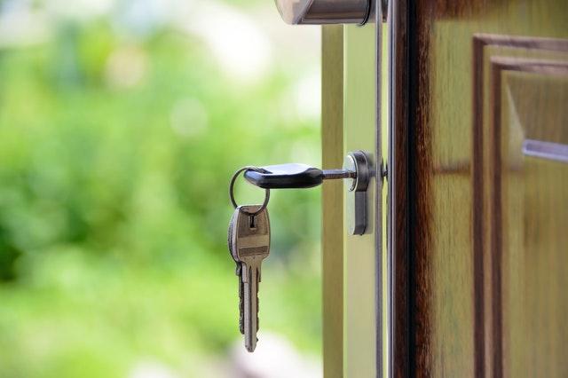 Otvorené dvere s kľúčom
